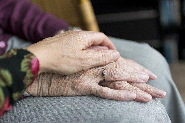 hands 2906458 640 - Encuentra alternativas para el cuidado de tus mayores